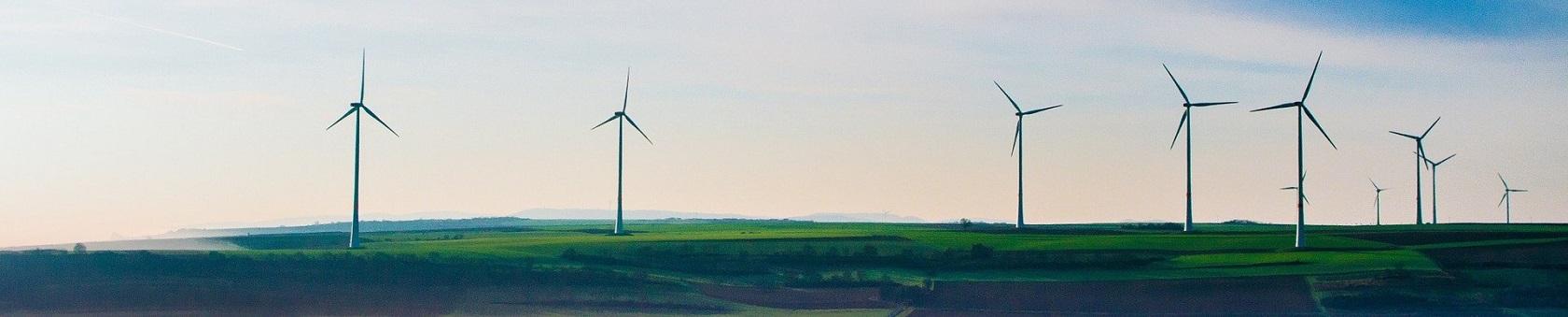 Windmolens in een landschap